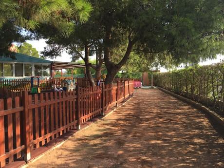 Paseo exterior de la escuela